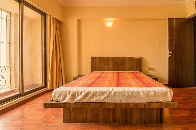 pokoj, velká dřevěná postel