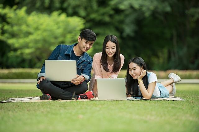studenti v parku.jpg