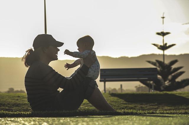 mamka s mimčem v parku