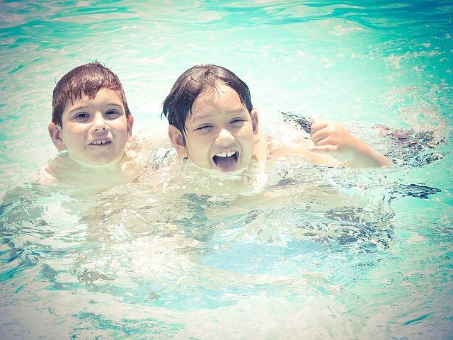 dva v bazénu.jpg